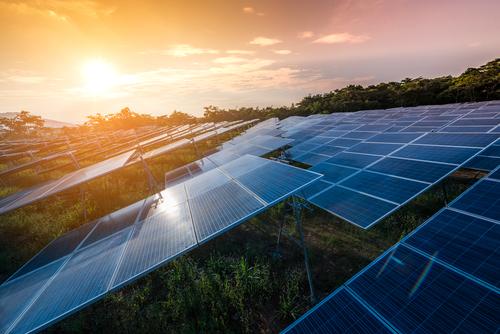 Freiflächen Solaranlagen im Sonnenuntergang